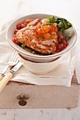 Leichte Hähnchen-Piccata mit Tomatensauce und gedünstetem Endiviensalat