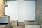 Zeitgenössisches Bad mit Waschtisch und Ablagen aus Beton