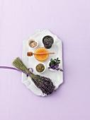 Lavendelstilleben (frisch, getrocknet, Honig, Salz)
