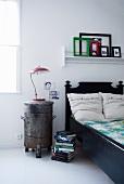Industrie-Stil im Schlafzimmer: Alter Mülleimer als Nachttisch neben dem Bett