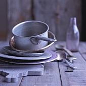 Alte Töpfe und Teller auf einem Schneidebrett