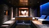 Spa mit elegantem Ruhebereich, Wasserbecken und herzförmigem Lichteffekt