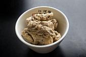 Getrocknete Engelswurz in einer Schale (China)