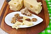 Schweizer Emmentaler mit Nüssen und Brot