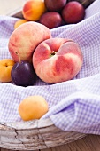 Fruit bowl with vineyard peaches