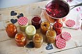 Verschiedene Marmeladen in Einmachgläser gefüllt