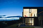 Haus mit Glasfront in Abendbeleuchtung