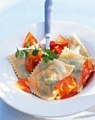 Ravioli mit Petersilie und Tomaten