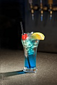 Blue Hawaiian Cocktail in einer Bar