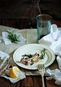 Reste von Lammkotelett auf Teller
