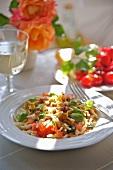 Nudeln mit rohen Tomaten und Croutons