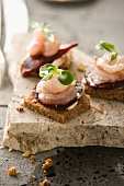 Canapes mit Forelle und Roter Bete