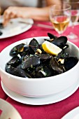 Steamed mussels in white wine with lemon