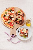 Pizza toasts with anchovies and pizza with artichokes and North Sea shrimps
