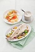 Räucherlachs mit Salzkartoffeln und Dill-Joghurt-Dip & Gedämpfte Forelle auf Gemüsereis