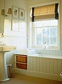 Viktorianisches Bad mit Schiebefenster und Rollo