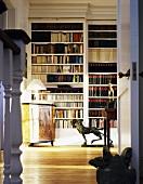 Blick durch offene Tür in Bibliothek mit Antiquitäten