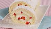 Biskuitroulade mit Erdbeer-Sahne-Füllung