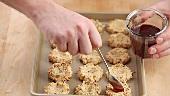 Frisch gebackene Thumbprint Cookies (Nussplätzchen) mit Marmelade füllen