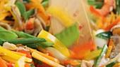 Gemischtes Gemüse unter Rühren im Wok anbraten