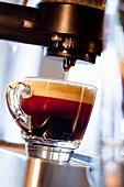 Eine Tasse Espresso mit Schaum