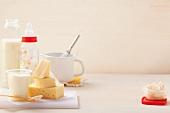 Verschiedene Milchprodukte, eine Babyflasche und eine Flasche Milch
