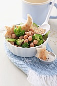 Chickpeas and broccoli with toast