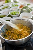 Reisgericht mit Zutaten in Schälchen im Hintergrund (Mauritius)