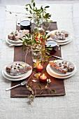Weihnachtstisch mit Misteln, Glühwein, Kerzen und Hefetannenbaum mit Zuckerguss
