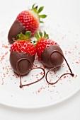 Schokoladenerdbeere und zwei Herzformen aus Schokolade
