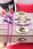 Gedeckter Tisch mit Austern zum Valentinstag