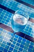 Ein Glas Wasser am Pool