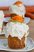 Mini-carrot cakes with frosting and pistachios
