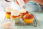 Decorating cupcakes with cream cheese buttercream