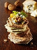 Ein Stapel verschiedener Cracker mit Edelpilzkäse & Walnüssen