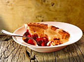 Fruit pie with vanilla sauce (England)