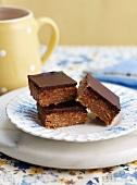 Schokoladenschnitten ohne Backen auf Teller