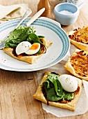 Zwiebeltartelett mit weich gekochtem Ei und Spinat