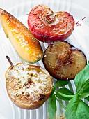 Gebratene Melone, Pflaume, Pfirsich und Birne mit Basilikum