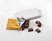 Eine Tafel Milchschokolade im Silberpapier