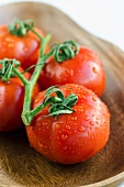 Rinsed tomatoes with water droplets (close-up)