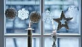 Weihnachtsdeko und Kerzen am Fenster