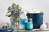 Stillleben mit Traubenhyazinthen, Eierfarbe und Eiern