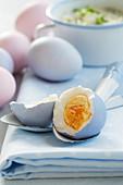 Hart gekochtes Ei auf Emaille-Löffel