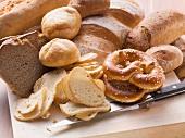 Altbackene Brezeln, Brötchen und Brot (für Semmelknödel)