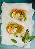 Fischfilet mit Gemüse und Butterstück im Backpapier