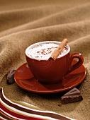 Mexikanische heiße Schokolade mit Sahne und Zimtstange