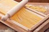 Pasta alla chitarra (Methode für die Herstellung von Bandnudeln)