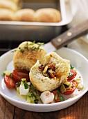 Pikant gefüllte Rohrnudeln auf Tomaten-Feta-Salat