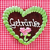A gingerbread heart decorated with the word 'Getränke' ('Drinks')